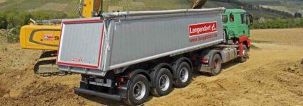 Langendorf: Sattelkipper mit Aluminium-Kastenmulde auf der Nufam
