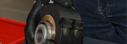 KS Tools: Schlitzbuchsen bei Blattfedern einfach wechseln