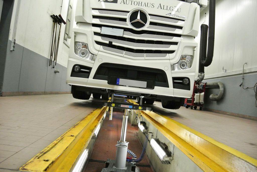 Mercedes LKW über Montagegrube
