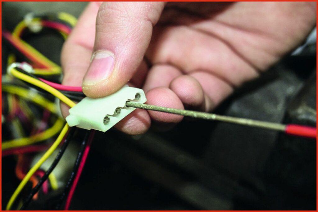 Oxidschichten mit Kontaktreiniger von KS Tools entfernen