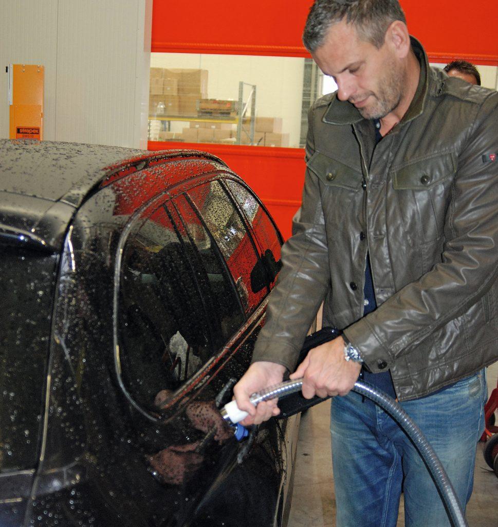 Dirk Stier, Vertriebsleiter von GL, stellt vor allem die Tropffreiheit des eigenen Systems in den Vordergund. Das tropffreie Abkoppeln soll durch das Leerpumpen des Schlauchs vor dem Trennen der Verbindung gewährleistet sein.