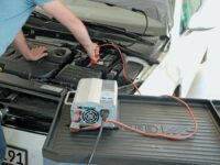 Angeschlossenes Batterieladegerät an Autobatterie.