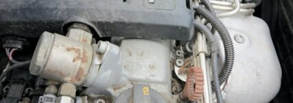 verschmutzter Motorraum