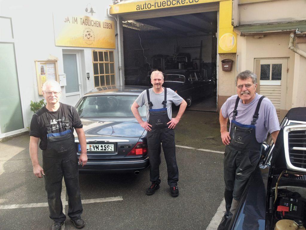 Werkstattleiter Raimund Rübcke mit Kollegen vor seiner Werkstatt