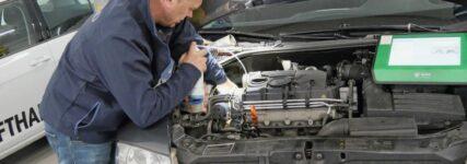 Redaktuer probiert den DPF-Reiniger von kent an einem fahrzeug aus.