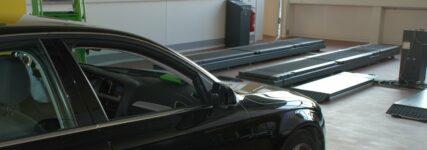 Fahrzeug bei Bremsprüfung