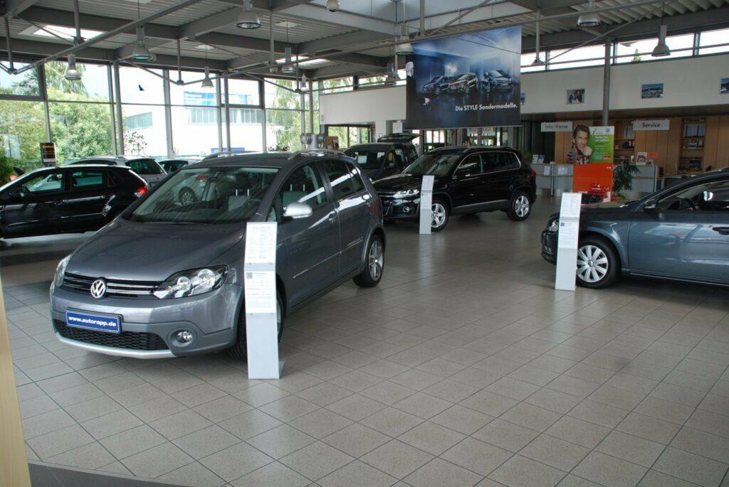 Blick in den Verkaufsraum eines Autohauses