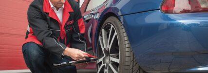 Mechaniker prüft RDKS am Fahrzeug