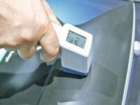 Messgerät misst Lackschichtdicke an Motorhaube